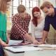 junges team bespricht ideen am schreibtisch